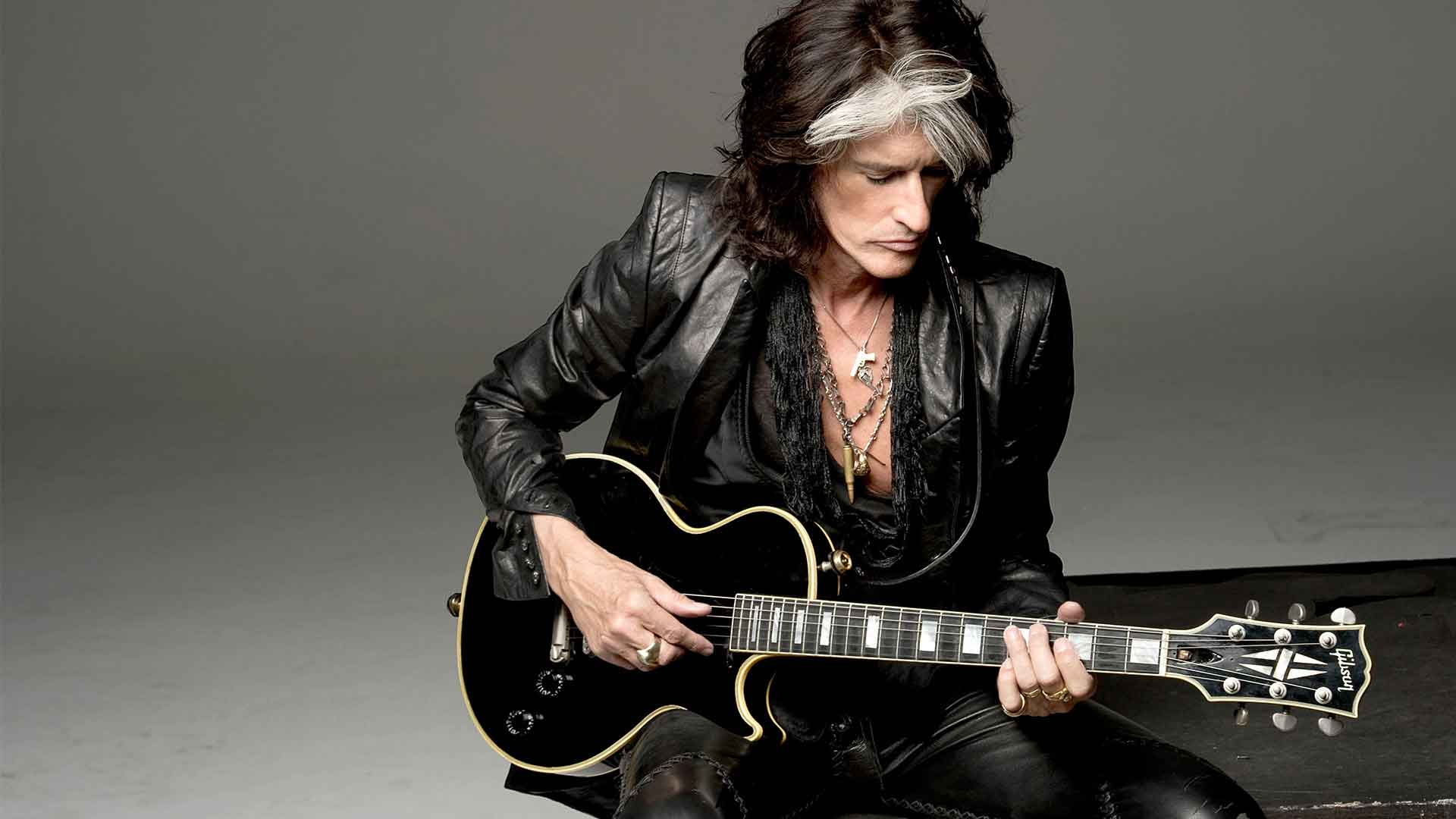 The 67-year old son of father (?) and mother(?), 190 cm tall Joe Perry in 2018 photo