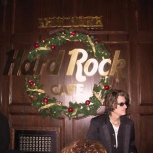 joe_perry_and_hard_rock_sign_Reg11